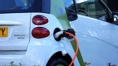 https://webresources.mq.edu.au/newsroom/wp-content/uploads/2020/01/Electric-vehicle-charging.jpg